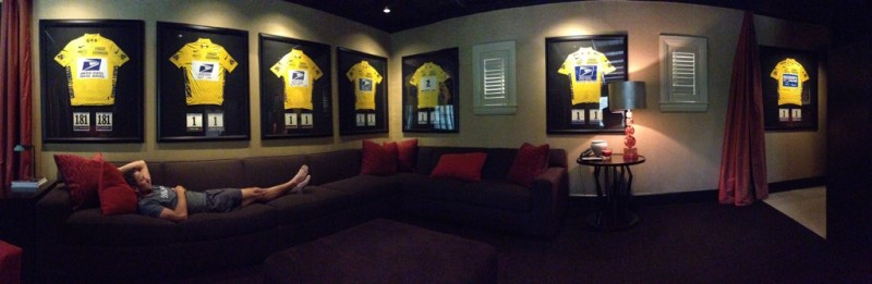 Lance Armstrong avec ses 7 maillots jaunes (photo Twitter)