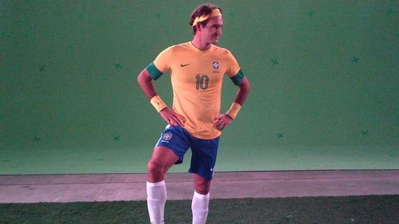 Roger Federer prend la pose en footballeur