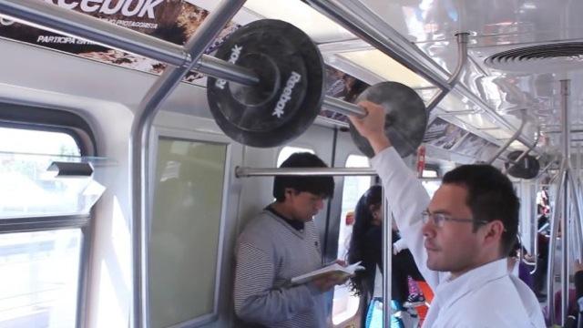 Des haltères Reebok dans le métro