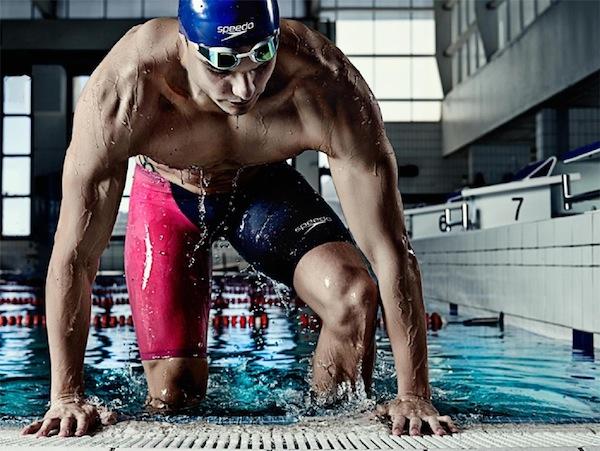 Florent Manaudou sort de la piscine avec son maillot et ses lunettes speedo
