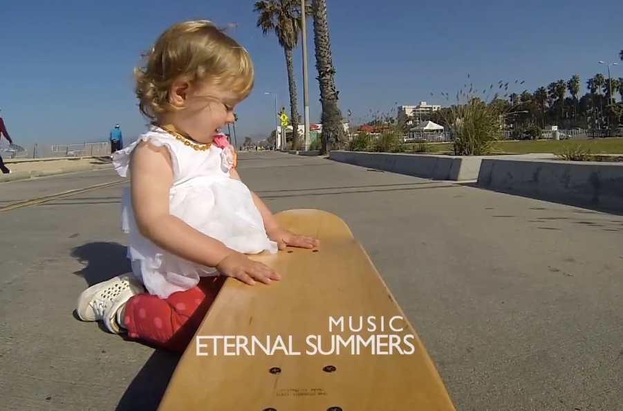 Un Baby qui utilise une caméra GoPro, fait du Skateboard et écoute du bon son!