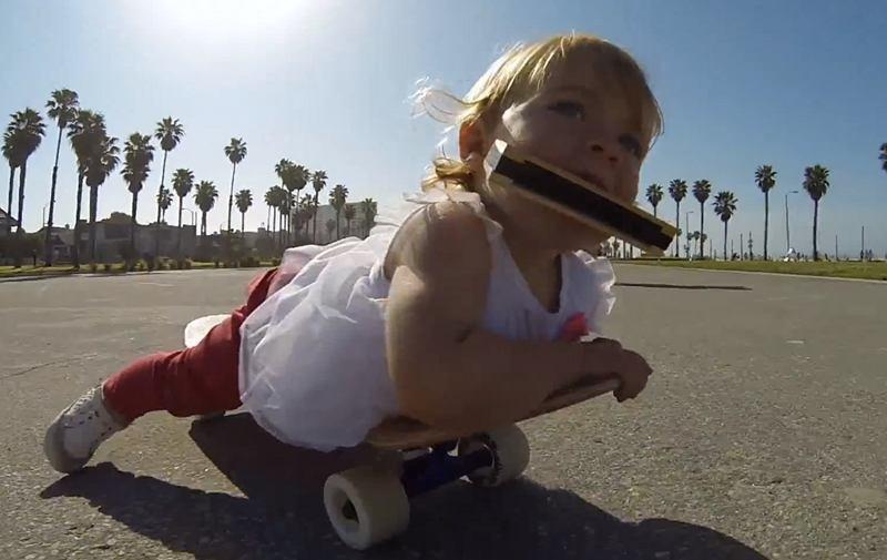 Ava, un baby qui fait du skateboard, joue de l'harmonica et utilise une caméra GoPro