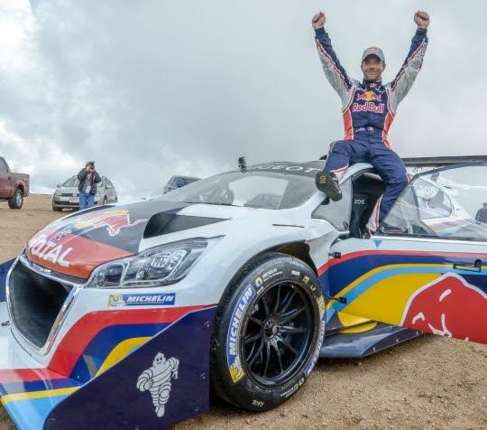 Sébastien Loeb dans les nuages après sa victoire à Pikes Peak au volant de sa Peugeot