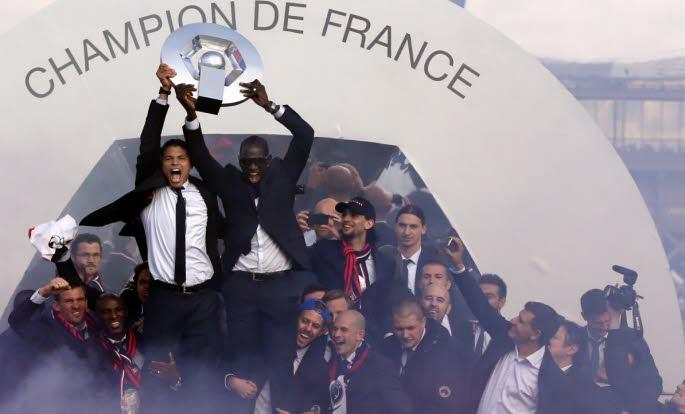 Les joueurs du psg soulèvent le trophée de Ligue 1