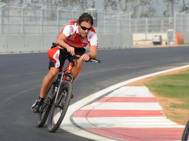 photo de fernando alonso sur un vélo ferrari