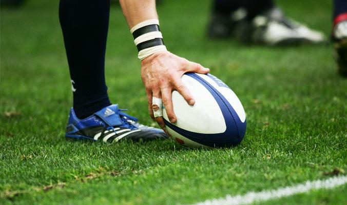 ballon de rugby posé sur l'herbe