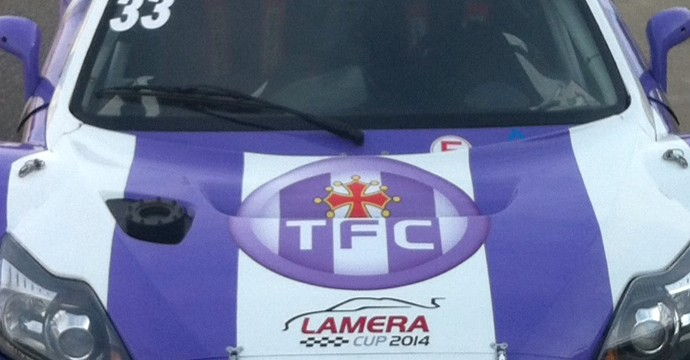 une voiture de course aux couleurs du toulouse football club. Black Bedroom Furniture Sets. Home Design Ideas