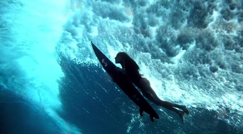 Gisele Bündchen sous l'eau avec son surf Chanel dans la dernière campagne pour la marque de haute-couture