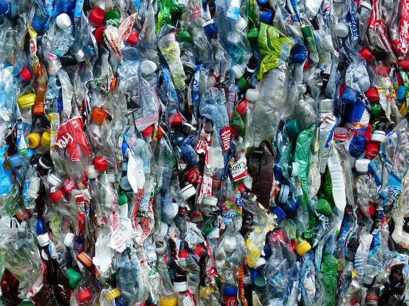 Chaque jour, le monde jette 200 millions de bouteilles en plastique. On arrête quand ?